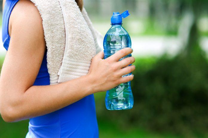 Είναι καλύτερα να πίνω κρύο νερό όταν τρέχω;